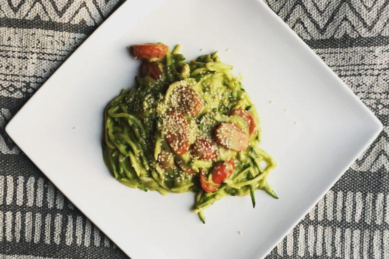 Courgette-pasta met avocadosaus